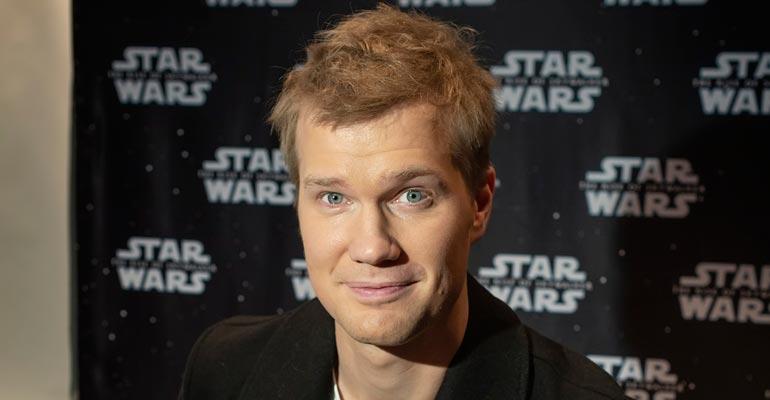 Joonas Suotamo näyttelee Tähtien sodassa.