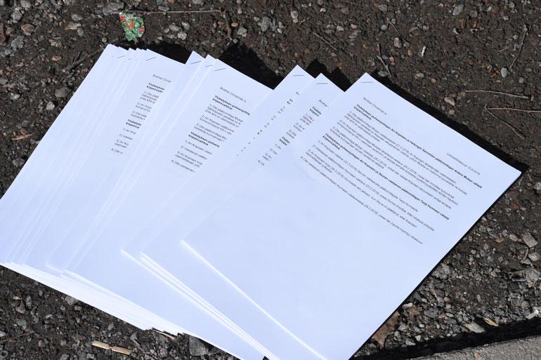 Laatikossa oli myös paksu pino Koposen lehdistötilaisuuden materiaalia.