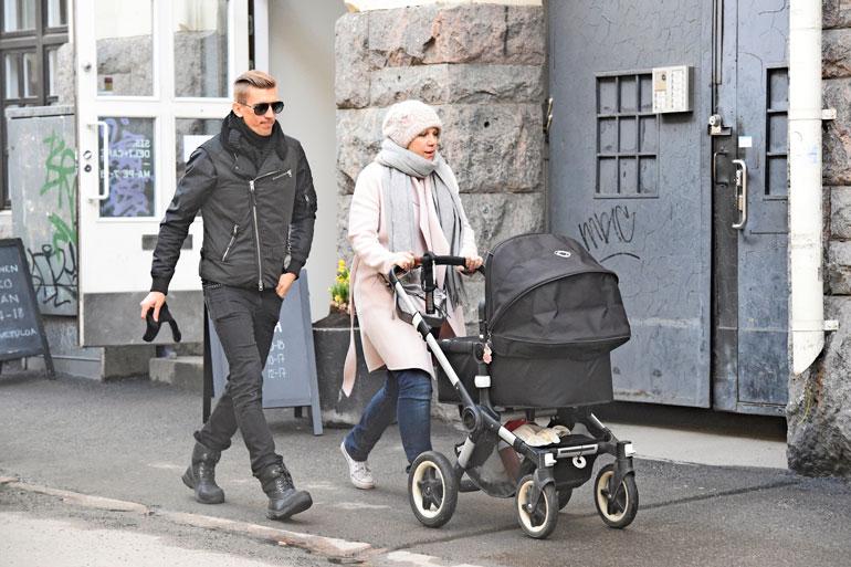 Jarkko ja Anu Nieminen ulkoiluttivat tytärtään.