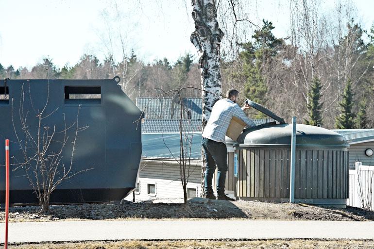 Koponen tyhjensi pahvilaatikon jätesäiliöön. Hän heitteli kirjat huolellisesti oikealla kädellään säiliön perukoille.