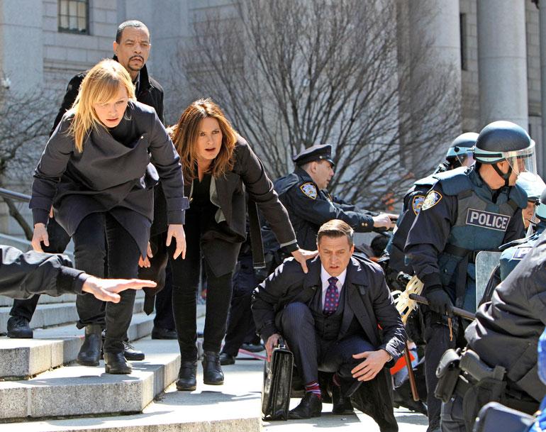 Kelli näyttelee sarjassa etsivä Amanda Rollinsia. Hänen parinsa on Ice-T:n esittämä Fin Tutuola.