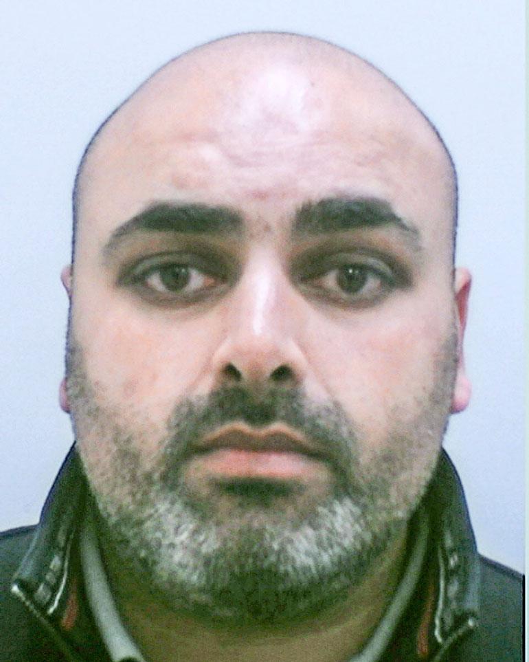 Mohammed Bhegani pyöritti Guns and roses -liigaksi kutsuttua huumeiden ja aseiden salakuljetusverkostoa Englantiin. Tavaraa tuli yli 30 miljoonan euron edestä kukkakauppabisneksen varjolla.