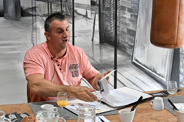 Vedder istui pitkään tutkintavankeudessa Vantaan vankilassa. Samalla osastolla istui tynnyrin vastaanottanut Peter Fagerholm. Kaksikko pääsi tutustumaan toistensa tapauksiin, vaikka asia oli vielä tutkinnassa, eivätkä he olisi saaneet olla yhteydessä.