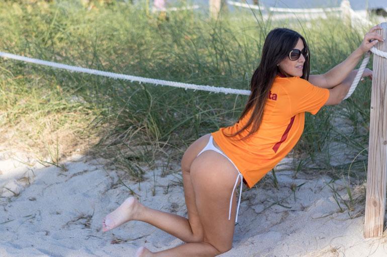 Claudia Romani pyllisteli uimarannalla.