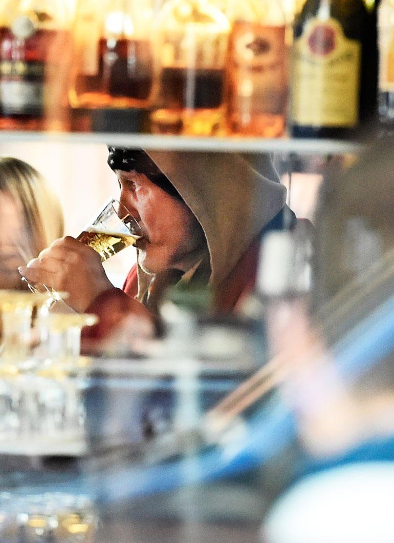 Kauppareissun kruunasi huurteinen olut, jonka ensipuraisusta Andy pääsi osalliseksi.