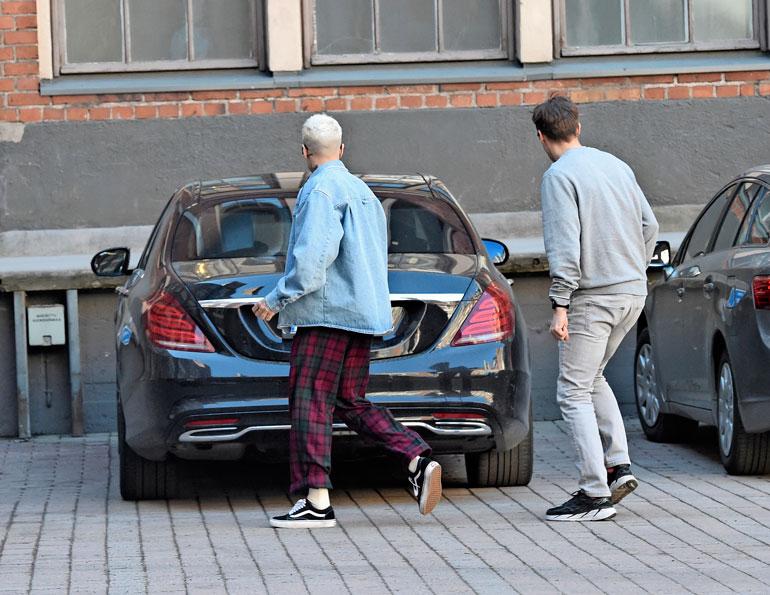 Hiusväriään vaihtanut MG esitteli uutta autoaan pomolleen, Universal Musicin toimitusjohtajalle Kimmo Valtaselle.