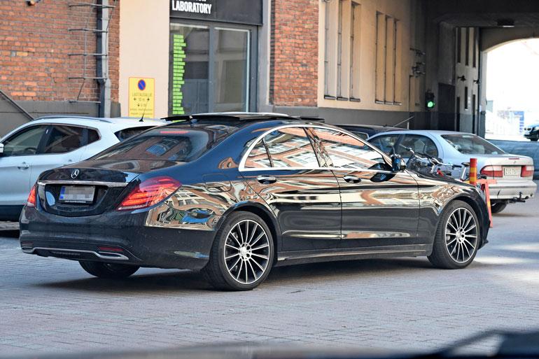 Mercedes-Benz S 350 on näyttävä luksusauto, josta löytyy paljon varusteluherkkuja.