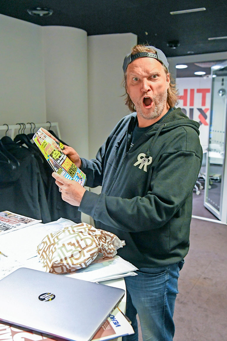 Kim Sainio juonsi Radio Rockin aamuja Jussi Heikelän parina vuosina 2009–2011. Hän palasi ohjelmaan syksyllä 2015 toimittuaan välissä Big Brother -ohjelman ohjaajana.