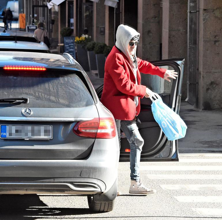 Korkeavuorenkadulla Andylle tuli jano, sillä hän jäi taksista pois ravintolan kohdalla.