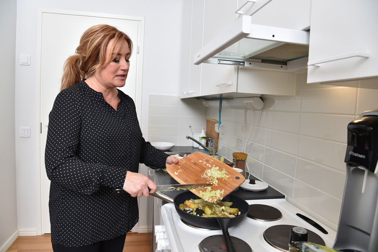 Öljyä lorahtaa pannulle ja jauhelihapihvit lohkoperunoineen paistuvat meheviksi. – Kroatialaisessa keittiössä ei rasvaa säästellä, ja se sopii minulle, Milana nauraa.