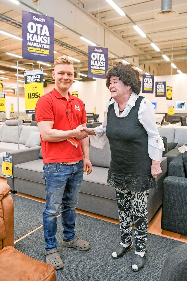 Joensuun Maskun myymäläpäällikkö Jani-Pekka Mustonen lahjoitti Serena-vuodesohvan Leenalle.
