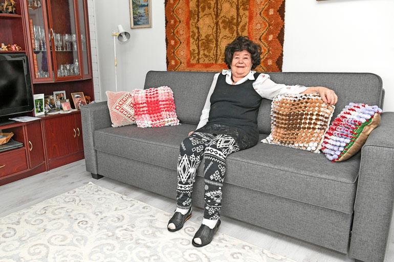 – Suuret kiitokset Seiskalle, Maskulle ja Toivo Sukarille. Tämä on niin hieno sohva, että kehtaako tässä istuakaan, Leena kiitteli.