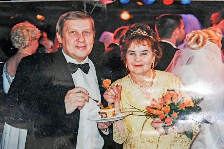 Leena ja Reijo Pennanen avioituivat vuonna 2000 häälaivalla, jossa vihittiin 72 hääparia. – Keräsimme aikoinaan metsämarjoja niin paljon, että pääsimme toisinaan Tallinnan-risteilyillekin.