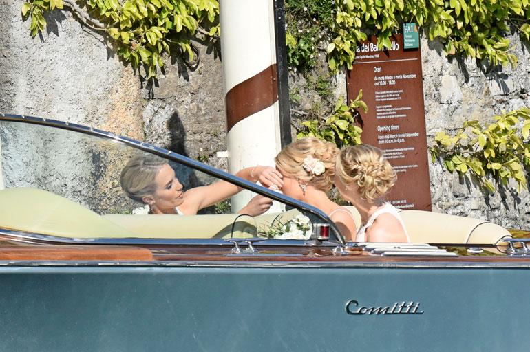 Kaasona toiminut isosisko Petra suihkutti hiuslakkaa Kiiran hiuksiin ennen kuin he saapuivat hääpaikalle.