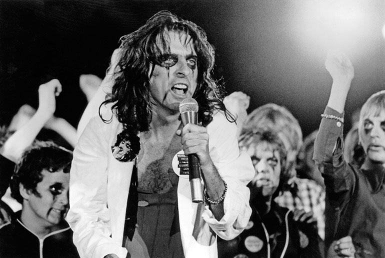 Alice Cooper on rockmusiikin teatraalisuuden edelläkävijä. Hänen hurjat lavashow'nsa aiheuttivat aikoinaan jopa mielen-osoituksia. 