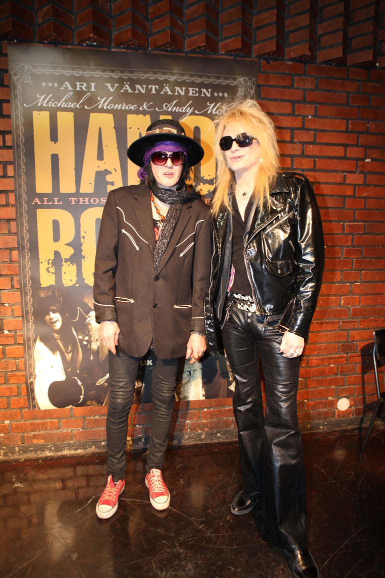 Hanoi Rocksin Andy McCoy ja Michael Monroe ovat Alicen kavereita. – Maailma kaipaa lisää heidän kaltaisiaan, nykyajan hajuttomiin ja mauttomiin rockbändeihin pettynyt Alice pohtii.