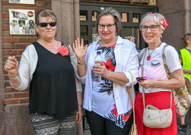 Riitta Heleste, Pirjo Karppinen ja Vappu Pellinen ovat käyneet mummodiscossa ennenkin. – Tunnelma täällä on hyvä.