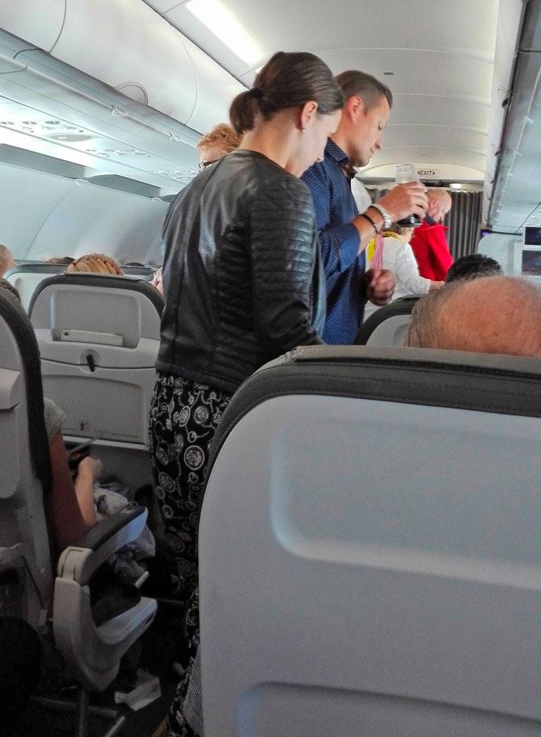 Sami Kapanen ja vaimo lentokoneessa.