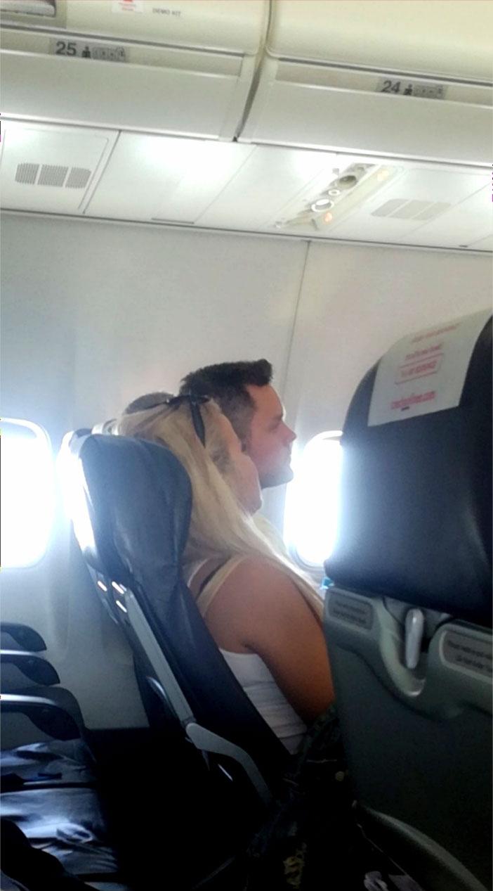 Ronny Roslöf lentokoneessa.