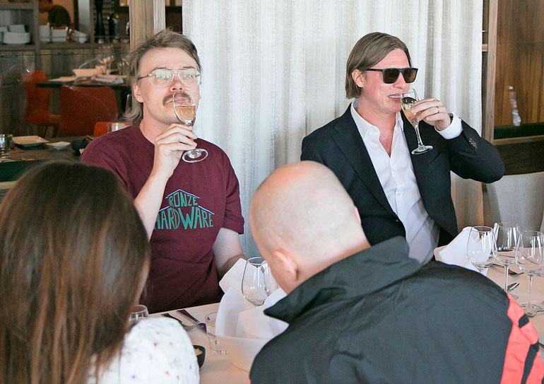 40-vuotissyntymäpäiväillallinen sujui mukavasti. Myös Stig nautiskeli risteilyllä tarjotusta viinistä.