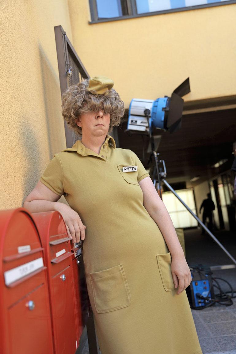 Jenni Kokander näyttelee elokuvassa härskeistä kommenteistaan tunnettua Rivo-Riittaa. – Tämä on kivaa mutta haastavaa. Todella erilainen tyylilaji kuin mitä olen aikaisemmin näytellyt. Peruukki on silmieni edessä, enkä näe juuri mitään kuvauksissa, Jenni naureskeli.