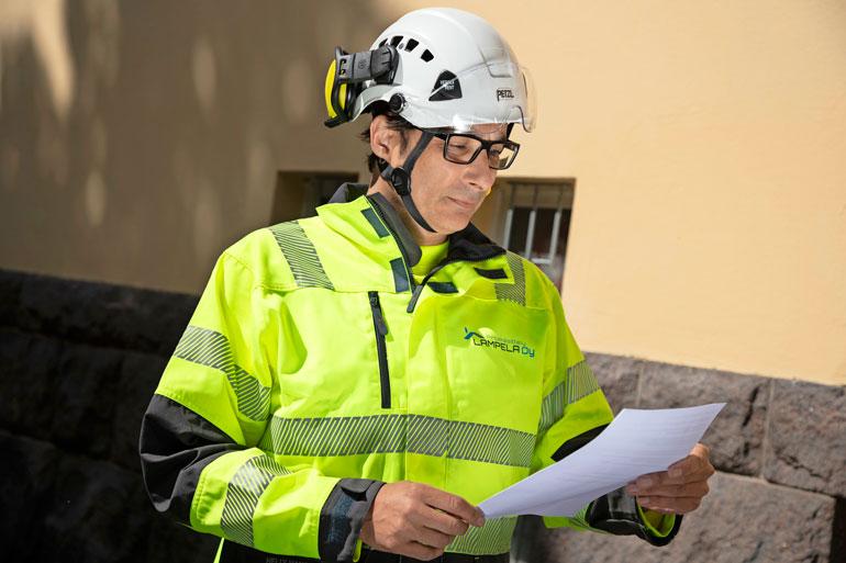 Heikki hoitaa yrityksen johtopuolta. Työhön kuuluu paljon paperitöitä.