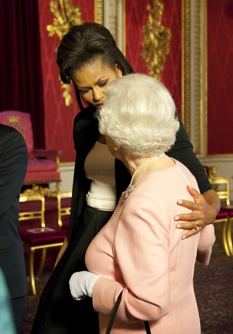 Ison-Britannian kuningatar Elisabet ja Michelle Obama