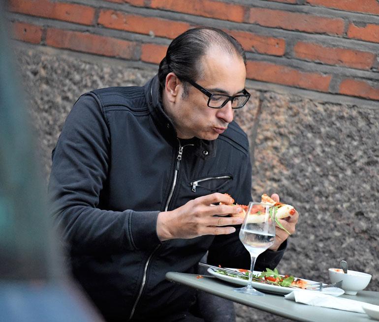 Heikki Lampela söi lounasta.