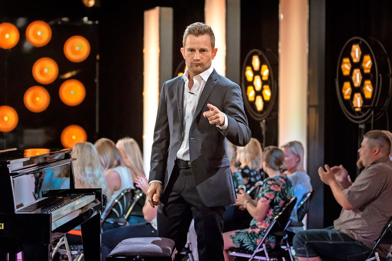 Lenni-Kalle on ohjelman pianisti ja seremoniamestari.