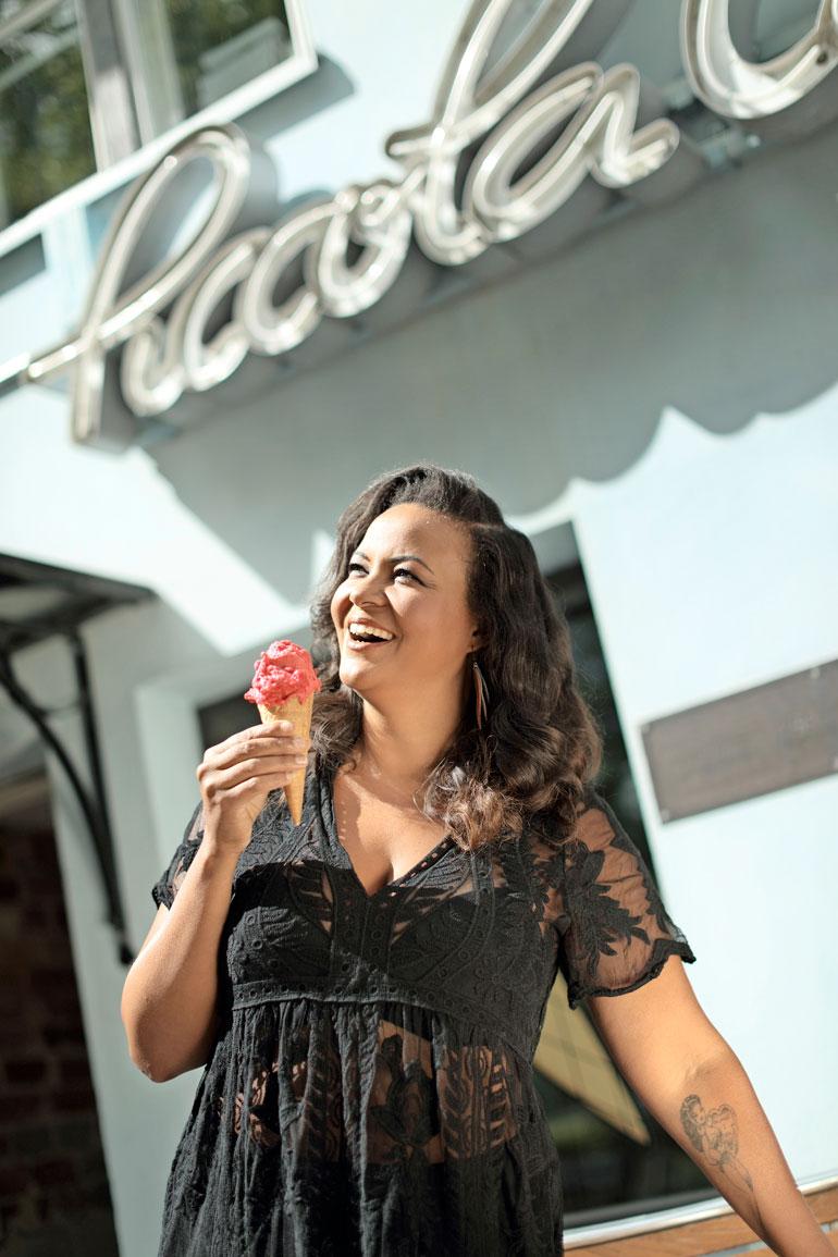 – En taida uskaltaa syödä tätä jäätelöä kokonaan, Lola nauraa.