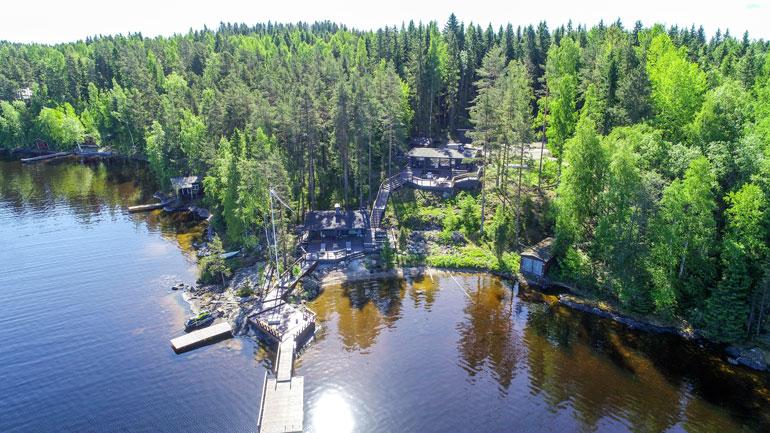 Villen komea kesäpaikka sijaitsee Tampereen Teiskossa. Mökiltä on matkaa perheen kaupunkikotiin reilut 20 kilometriä.