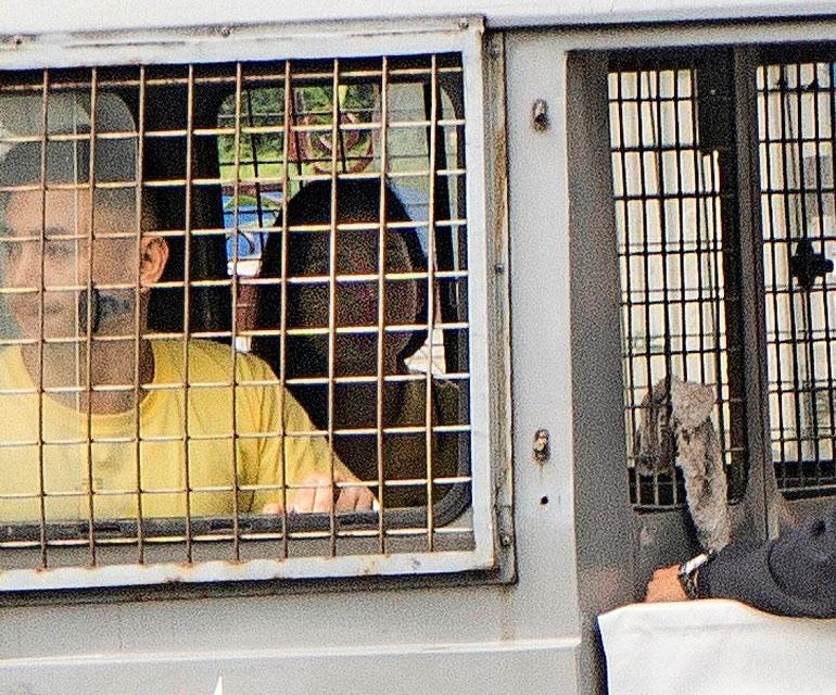 Maria katseli oikeustalon pihalle saapunutta äitiään vankilan lava-auton kaltereiden takaa.