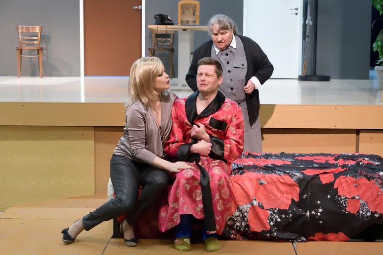 Helena Lindgren näyttelee Varkauden kesäteatterin Valelääkäri-komediassa entisen tangokuninkaan Petri Hervannon kanssa.