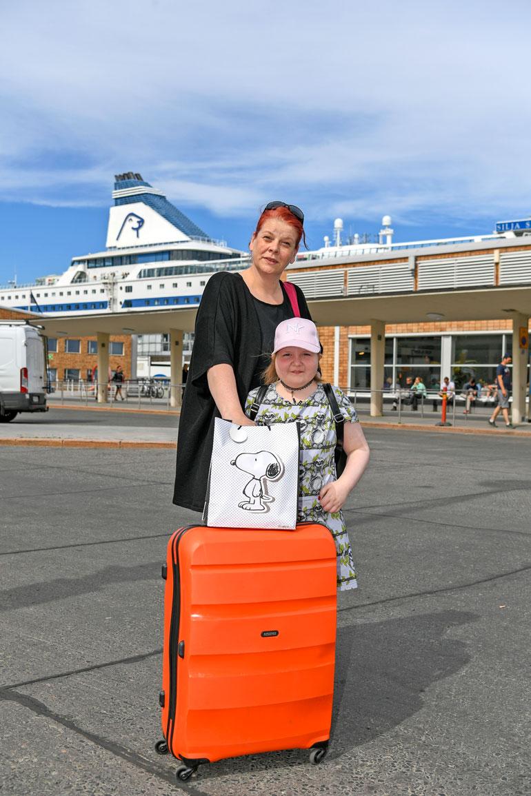 Iiris ja Kati äiti juuri ennen matkalle lähtöä. –Pikkuisen jännittää, Iiris miettii juuri ennen laivaan astumista.