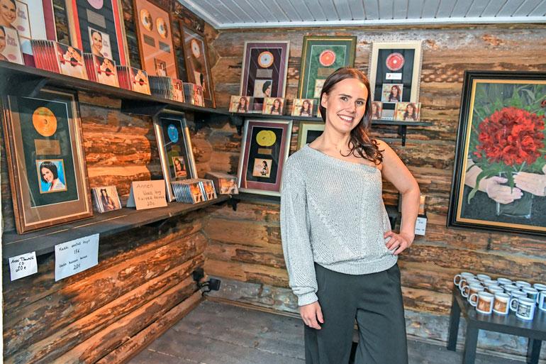 Viime vuonna 20-vuotista taiteilijajuhlavuottaan viettänyt Anne pitää taidekahvilan pihapiirissä myös omaa levykauppaa, josta löytyy hänen levyjään.