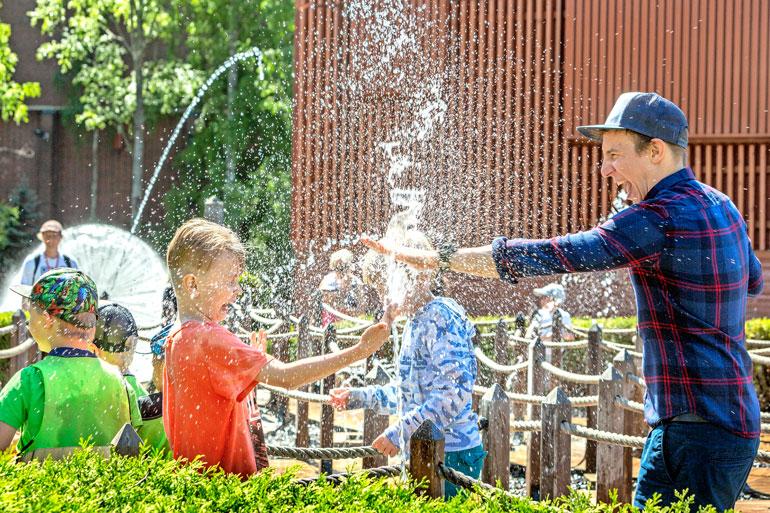 Ilo voi olla ilmaistakin, sillä vesisuihkujen väistely oli välillä houkuttelevampaa kuin hurjiin laitteisiin meno.