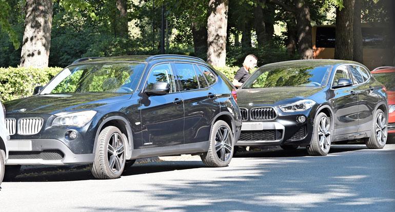 Laulajakaunotar oli jättänyt oman BMW:nsä Samulin BMW:n taakse.