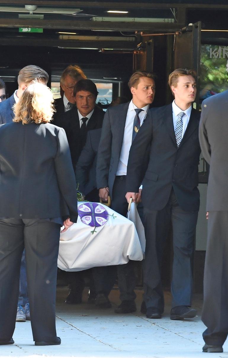 Eetu ja Leevi kantoivat isoäitinsä arkkua isänsä Teemun rinnalla.