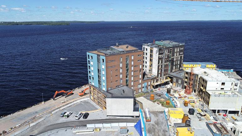 Modernit kerrostalot sijaitsevat aivan Näsijärven tuntumassa.