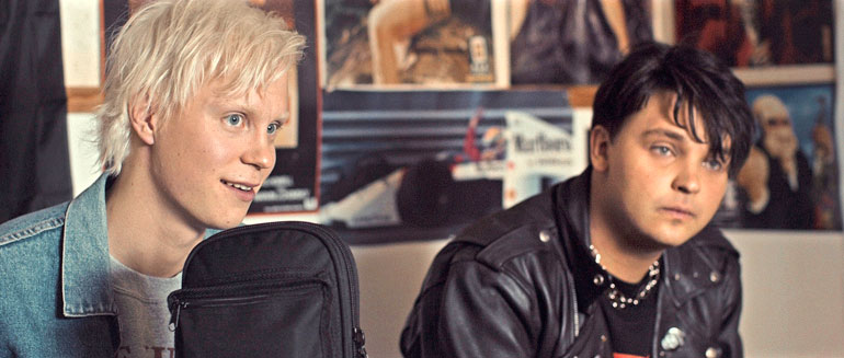 Näin pyöreäposkisena Roope (oik.) näytteli punkkari Antti Lautalaa 2016 Apulanta-yhtyeestä kertoneessa Teit meistä kauniin -elokuvassa. Toni Wirtasen roolissa oli Tatu Sinisalo.