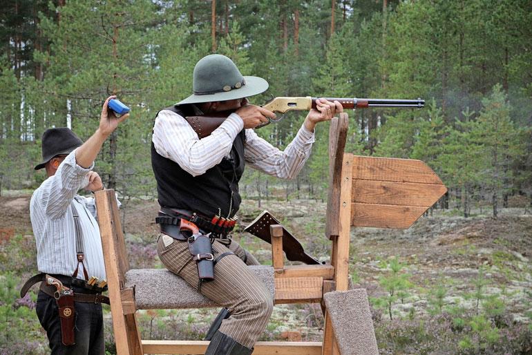 Cowboyammunnassa räiskitään vipulukkokiväärillä, haulikolla ja revolverilla.