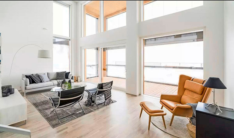 Suuret ikkunat tuovat asuntoihin tilaa, valoa ja avaruutta. Havainne-kuva myynti-esitteestä.