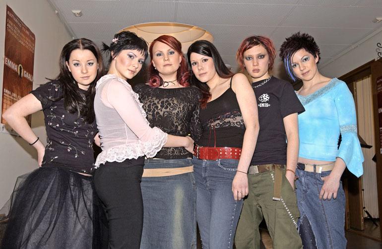 Petran (oik.) lisäksi vuosituhannen vaihteen suosikkibändissä soittivat Nea, Mimmu, Tuuli, Noora ja Emppu.
