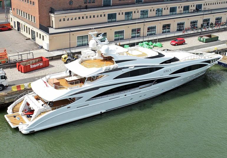 Aluksen tiloissa riittää luksusta. Jahtia vuokrataan ulkopuolisille noin 200 000 euron viikkohinnalla.