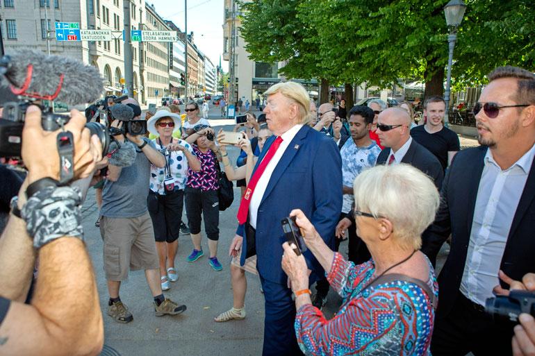 Vaikkei Seiskan Trump ollutkaan aito, hänellä oli mukanaan oikeat turvamiehet.