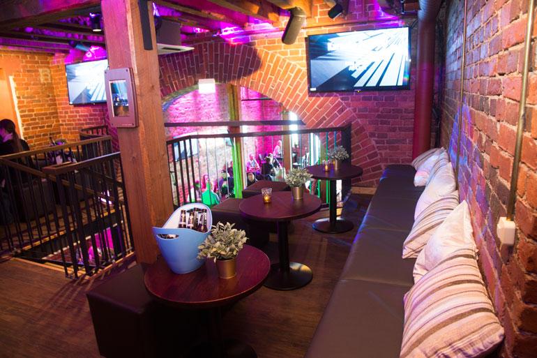 Stefan suuntasi oitis Vegasinreissulta palattuaan ystävineen karaokebaari Wallisiin juhlimaan.