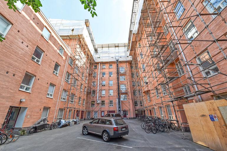Ullakkohuoneistojen rakennustyöt vaikuttavat koko taloyhtiön elämään myös sisäpihalla.