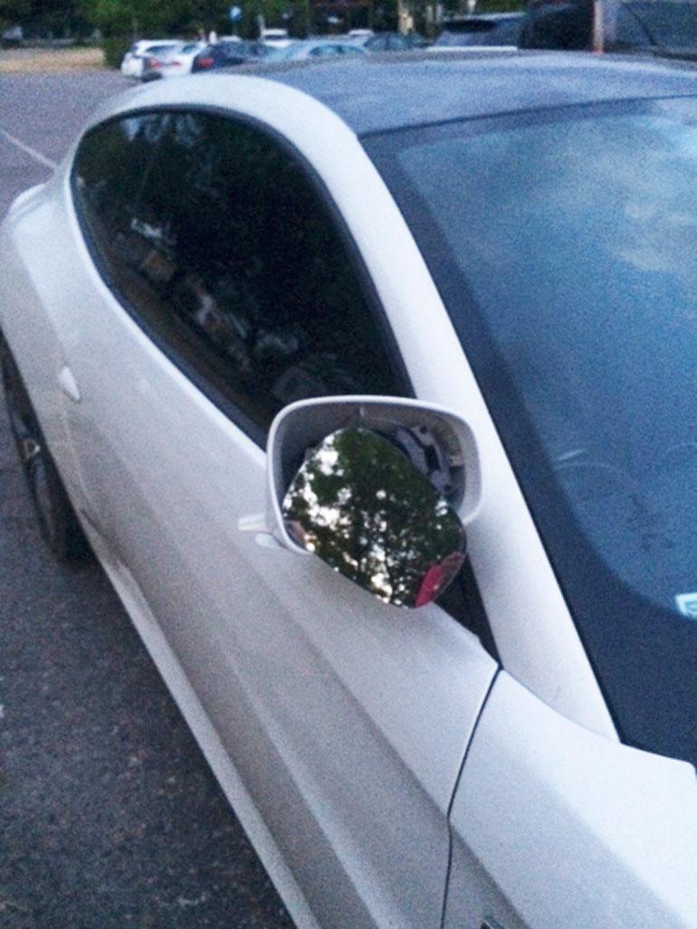 Seiskan lukijat ottivat kuvia autoon tulleista vaurioista vähän tapahtuman jälkeen.