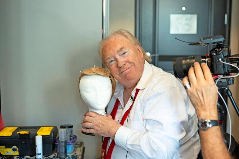 Dennisin mukaan peruukki on Trump-asun tärkein elementti. Se on tehty aidoista hiuksista. – Aito hius on parempi kuin muovinen, sillä muovihiukset palavat helposti, Dennis toteaa.