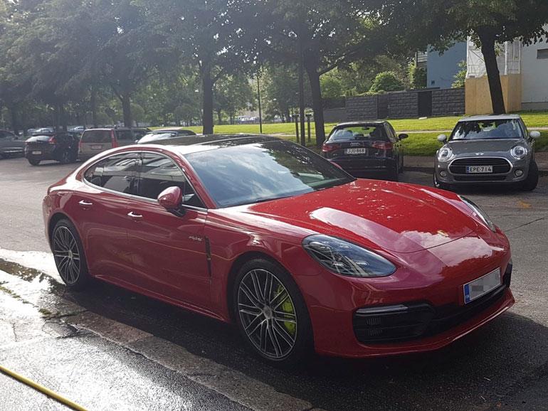 Uniikki on merkitty uuden Porschen haltijaksi, mutta auton omistaa rahoitusyhtiö.